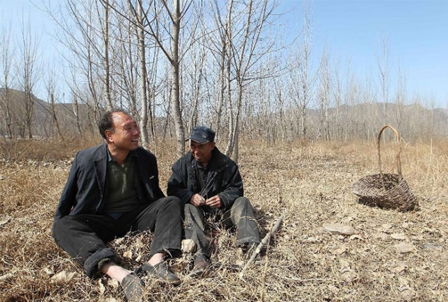 blind-man-amputee-plant-trees-china-6