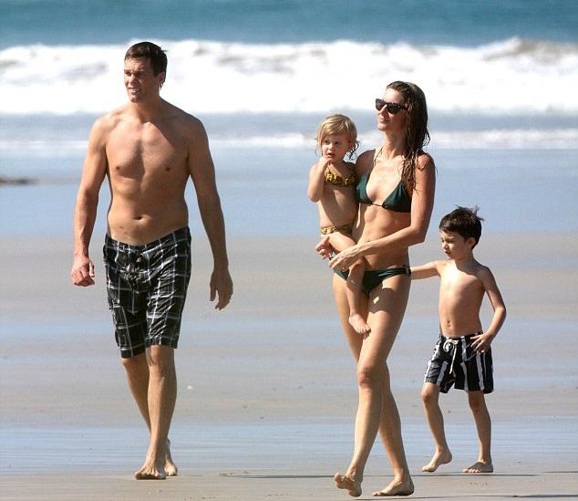 Жизель Бундхен с мужем Томом Брэди и детьми
