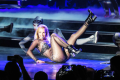 britney-spears-hair-extensions-fall-out-during-show-02