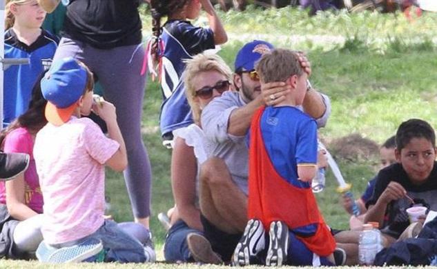 Бритни Спирс со своим парнем Чарли Эберсолом и сыном