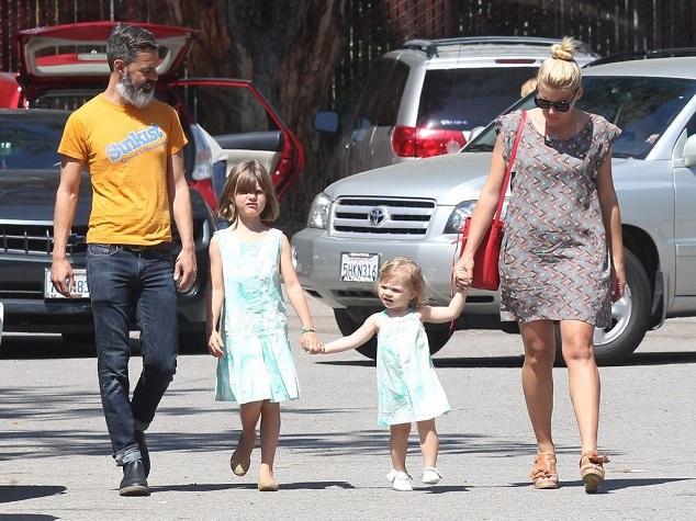 Бизи Филипс с мужем Марком Силверстейном и дочками