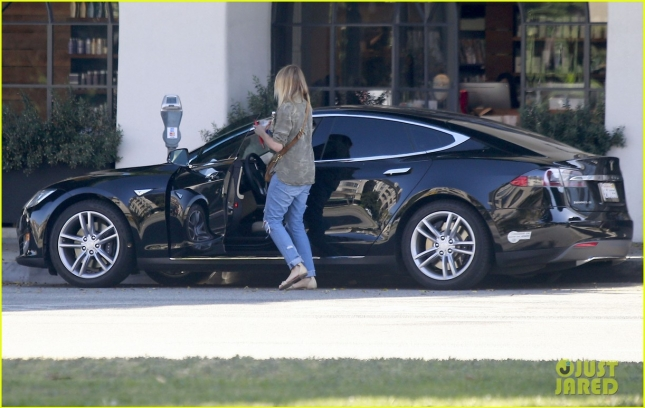 cameron-diaz-gets-her-hair-done-in-beverly-hills-12