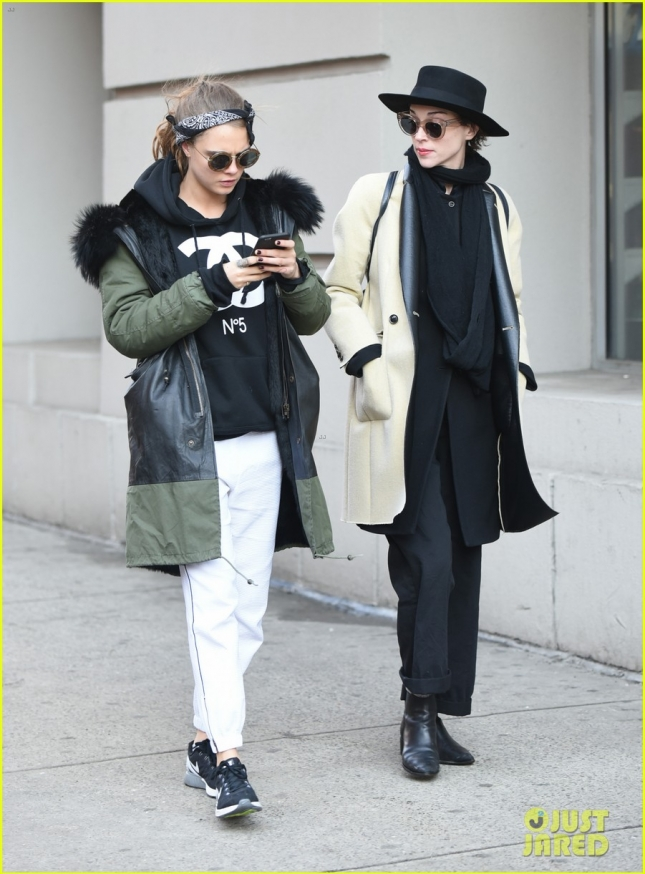 Cara Delevingne grabs lunch with singer St. Vincent **USA ONLY**