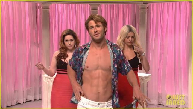 Крис Хемсворт засветился в скетче Saturday Night Live в роли порнозвезды