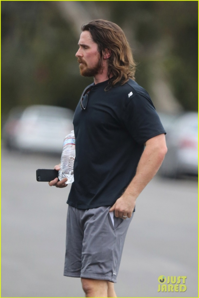 christian-bale-bulging-muscles-workout-02