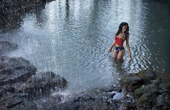 Чудо-женщина купается