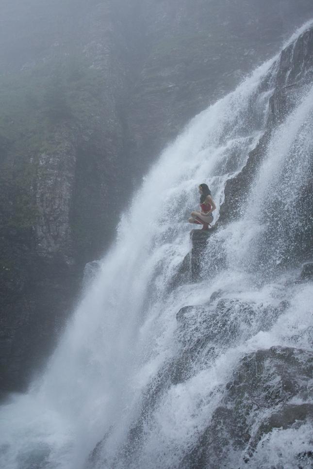 Чудо-женщина на краю водопада
