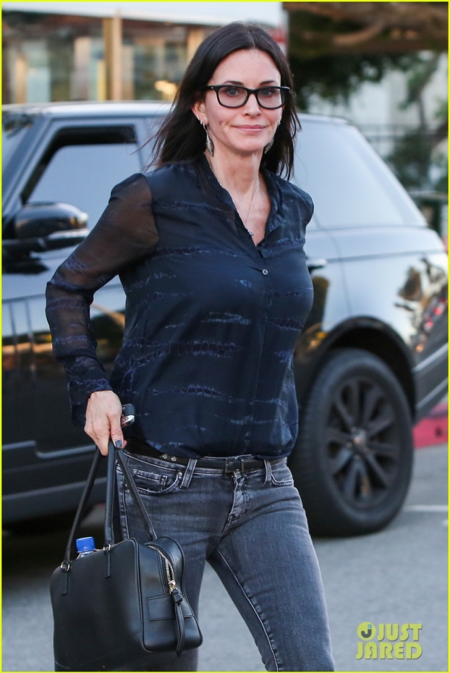 courteney-cox-solo-dinner-in-brentwood-01