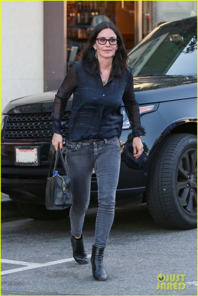 courteney-cox-solo-dinner-in-brentwood-02