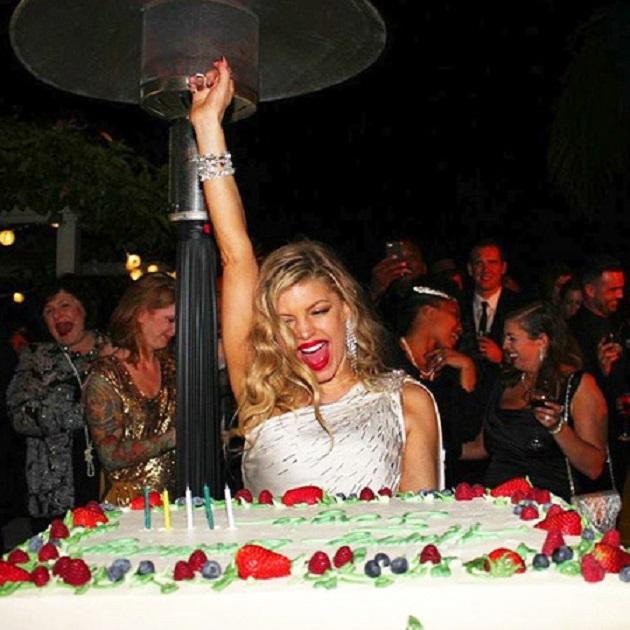 Ферги с праздничным тортом на вечеринке в честь дня рождения