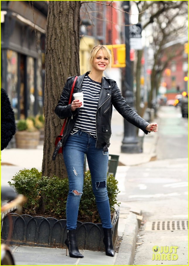 Эрин Хизертон ловит такси в Нью-Йорке