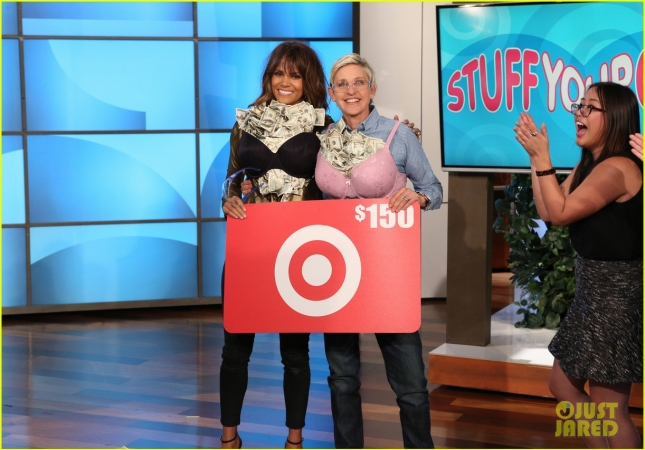 halle-berry-ellen-degeneres-stuff-their-bras-full-of-money-03