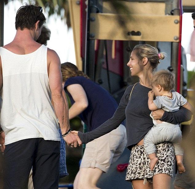 Крис Хемсворт и Эльза Патаки с детьми