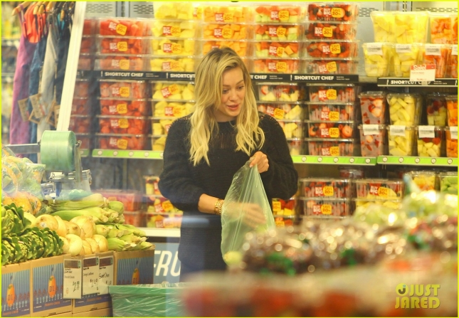 hilary-duff-grocery-shopping-for-healthy-food-07