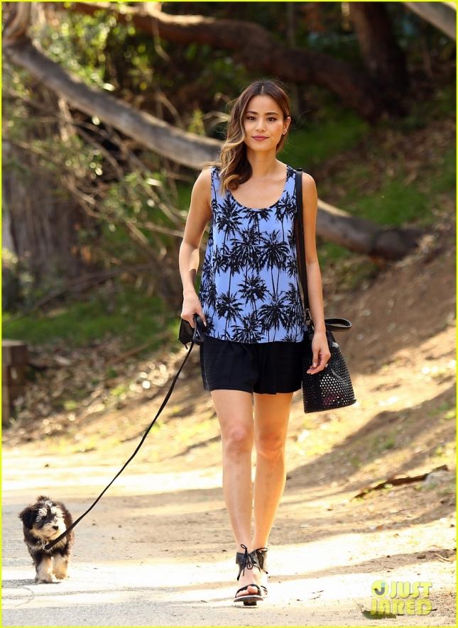 Джейми Чунг на прогулке с собакой