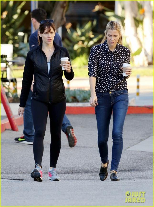 Дженнифер Гарнер прогулялась с подругой по Лос-Анджелесу