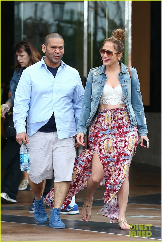 Дженнифер Лопез и её менеджер Бенни Медина гуляют по Калабасасу