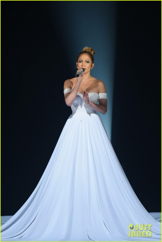 jennifer-lopez-giant-dress-feel-the-light-american-idol-03