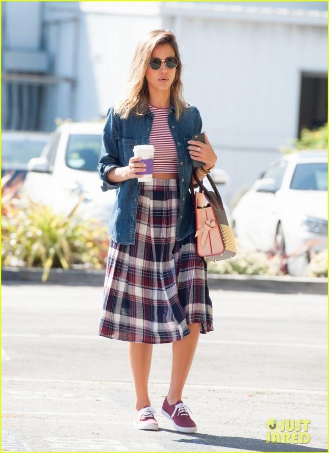 Джессика выпила кофе по пути в офис