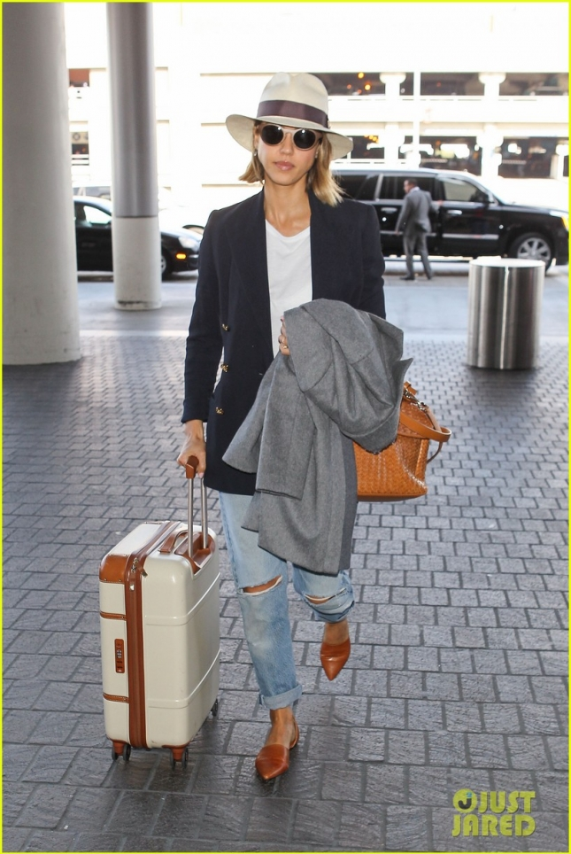 jessica-alba-leaving-los-angeles-02