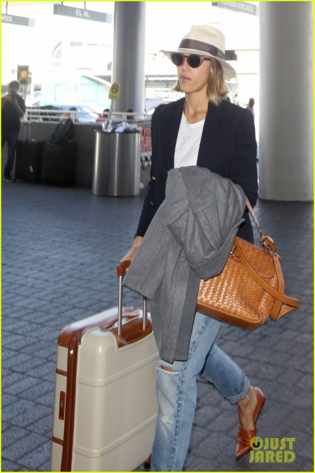 jessica-alba-leaving-los-angeles-12