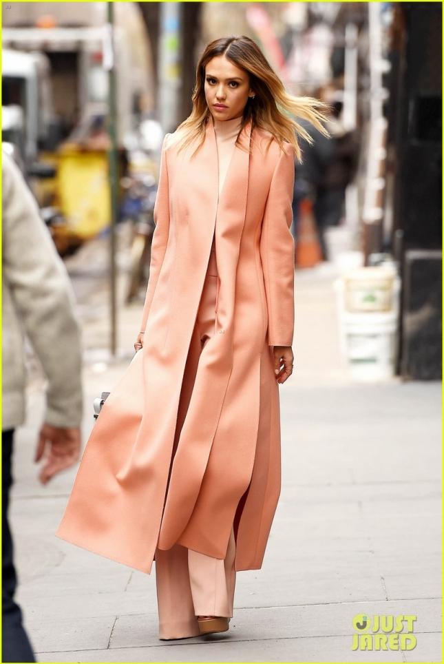 Джессика Альба в персиковом ансамбле продефилировала по улицам Нью-Йорка