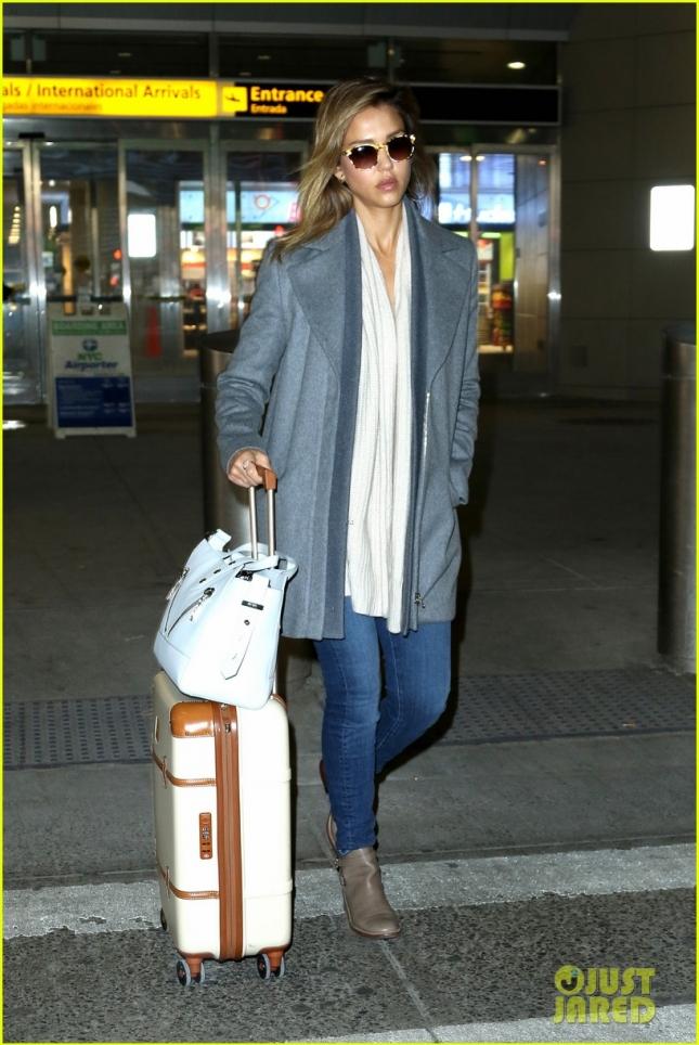 Ранее в тот же день Джес была замечена в кэжуал-образе в аэропорту им. Джона Кеннеди