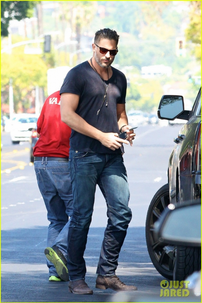 joe-manganiello-grabs-lunch-with-friends-02