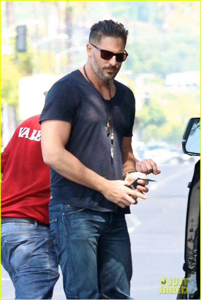 joe-manganiello-grabs-lunch-with-friends-05