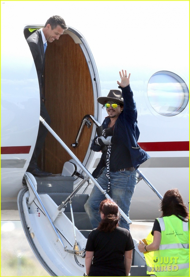 johnny-depp-leaves-australia-with-injured-hand-taped-up-03