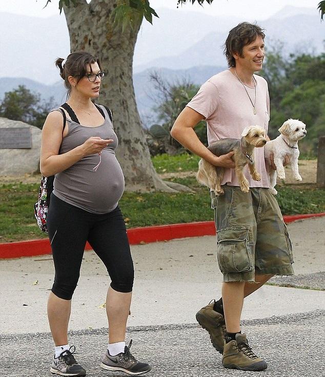Милла Йовович и Пол Андерсон исследуют новые дороги со своими собаками на Runyon Canyon в Лос-Анджелесе, 12 марта.