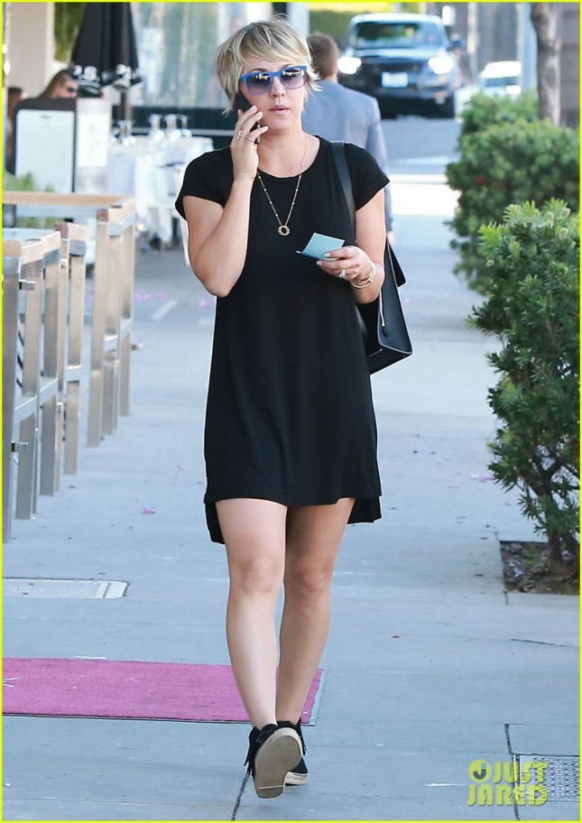 kaley-cuoco-chats-on-the-phone-02