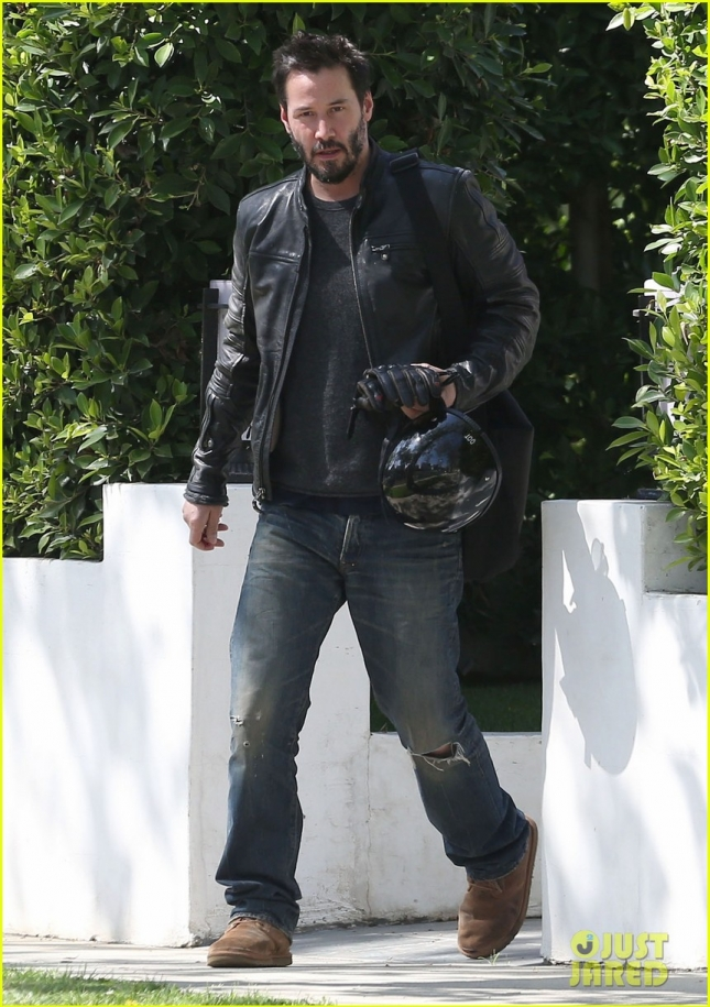 keanu-reeves-motorcycle-ride-after-acting-class-02