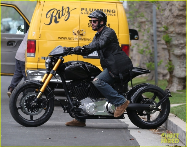 keanu-reeves-motorcycle-ride-after-acting-class-03