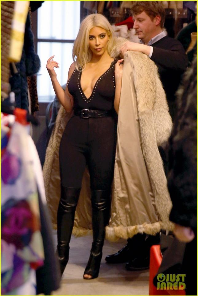 Ким Кардашьян выбирает шубу в одном из бутиков Парижа