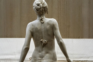 life-like-realistic-wooden-sculptures-peter-demetz-1