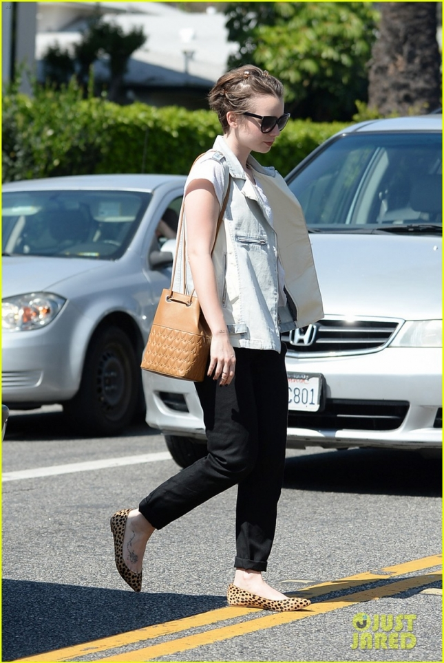 lily-collins-see-true-magic-on-the-sidewalk-05