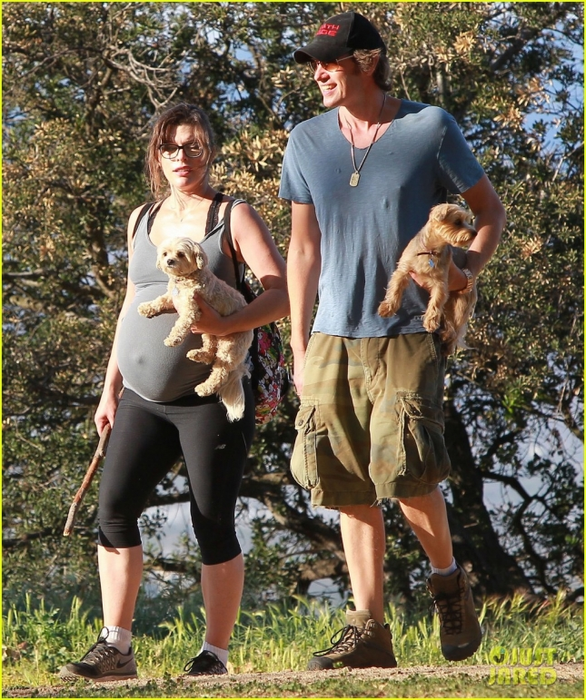 milla-jovovich-hike-with-paul-ws-anderson-pregnant-14