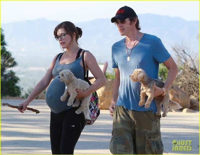 milla-jovovich-hike-with-paul-ws-anderson-pregnant-20