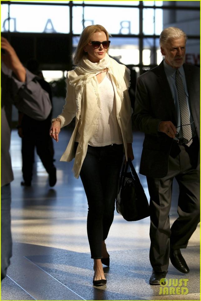 *EXCLUSIVE* Nicole Kidman breezes through LAX
