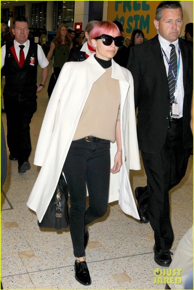 Николь Ричи не собирается менять цвет волос и в очередной раз демонстрирует его в аэропорту