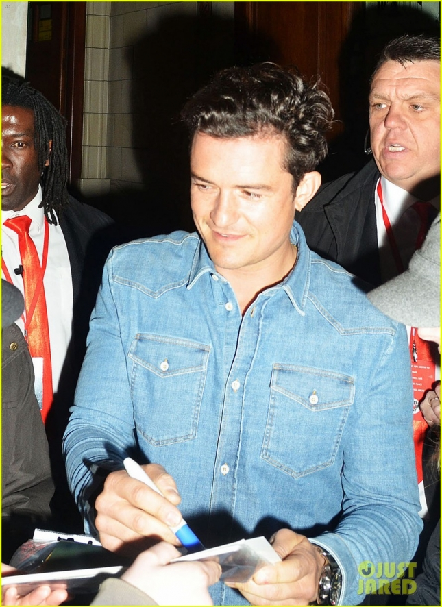 orlando-bloom-kisses-david-walliams-07