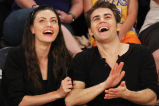 paul-wesley-phoebe-tonkin-pda-lakers-game-03