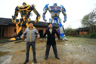 recycled-scrap-metal-sculpture-transformers-father-son-farmer-china-1