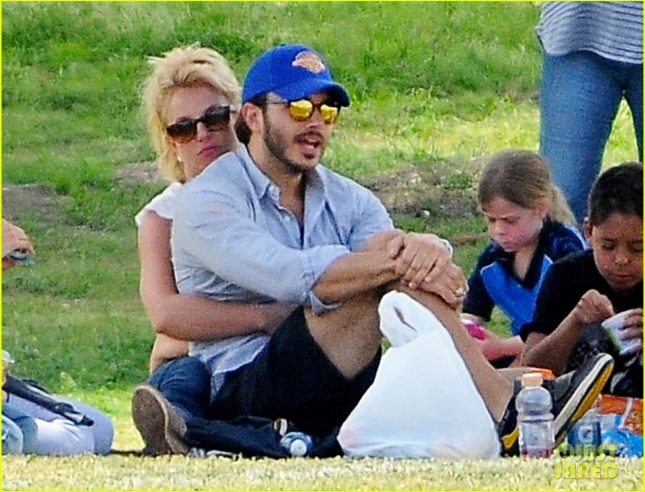 Бритни Спирс и её бойфренд Чарли Эберсол побывали на футбольном матче сыновей певицы