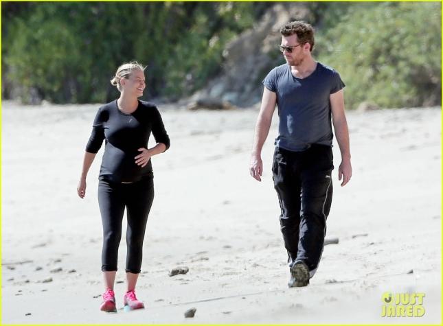Сэм Уортингтон и Лара Бинг прогулялись вдоль пляжа