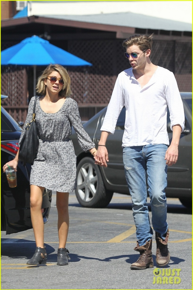 sarah-hyland-shows-off-new-bob-alongside-dominic-sherwood-01