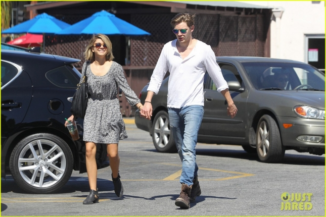 sarah-hyland-shows-off-new-bob-alongside-dominic-sherwood-07