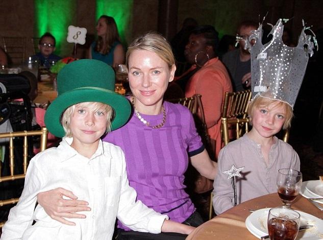 Наоми Уоттс с сыновьями