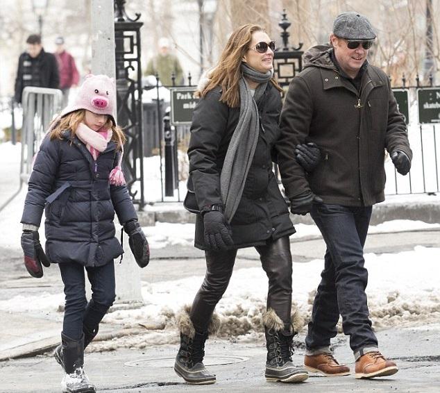 Брук Шилдс с мужем Крисом Хенчи и дочкой